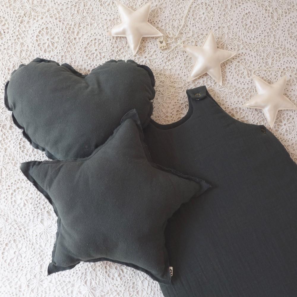 coussin coeur gris anthracite numero 74 d coration. Black Bedroom Furniture Sets. Home Design Ideas