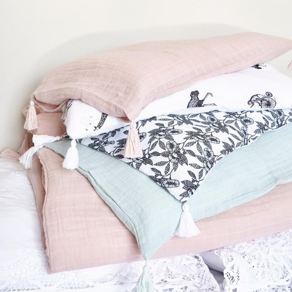 parure de lit fleurs charlie bleu p le moumout univers b b smallable. Black Bedroom Furniture Sets. Home Design Ideas