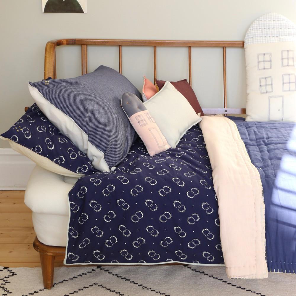 housse de couette fleurs 140x200 cm bleu indigo camomile london d coration smallable. Black Bedroom Furniture Sets. Home Design Ideas